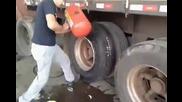 Скоростно сменяне на гума от джанта на камион!