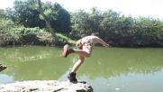 Луди деца с атрактивни скокове в реката