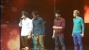 One Direction се бъзикат с Хари по време на солото му