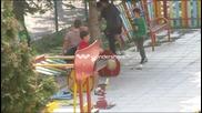 Деца играят на площадка