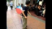 Уличен музикант, сваля шапките на минувачи