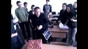 Денислав получава подарак от Долните си Приятели