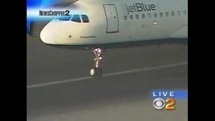 Пилот приземява брилянтно на летището пътнически самолет с блокирал колесник !