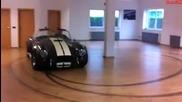 Дрифт с кола в хола на паркета!