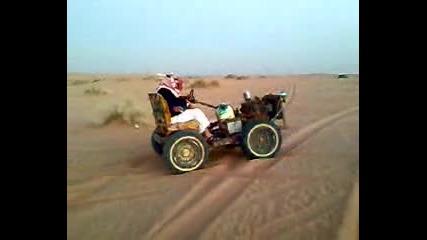 Луди Араби Се Закопват В Пустинията С Кола