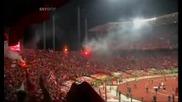 Феновете на Ливърпул пеят Youll never walk alone на полувремето в Истанбул