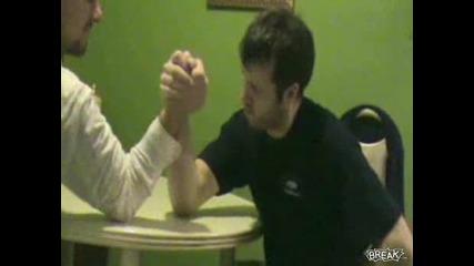 Чупене На Ръка Докато Се Играе На Кандаска Борба