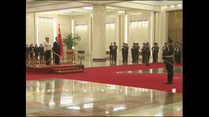 Меркел е на посещение в Китай, Вън Цзябао й гарантира връщане на доверието в еврото