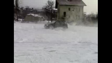 Suzuki Grand Vitara Се Върти В Снега