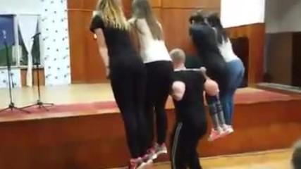 """""""Денят на талантите"""" - кръг с 4 момичета на гърба и вдигане на момиче с една ръка над глава."""