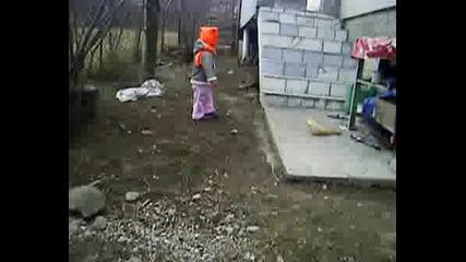 Симона обикаля къщата