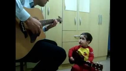 2 годишно момченце пее Do not Let Me Down на The Beatles