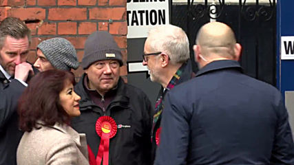UK: Jeremy Corbyn arrives to cast vote in London