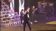 Джъстин Бийбър се изпровръща на сцената !!!