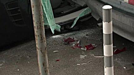 Кола се обърна, удари паркирани автомобили в София (ВИДЕО+СНИМКИ)