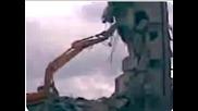 Сграда се срутва върху багер във Варна!! 17.04.08