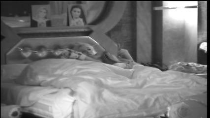 Как Ернестина приспива Моника?