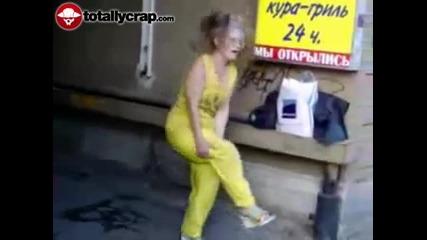 Руска бабка се напива и...