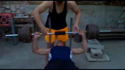14 годишен вдига 90 кг от лежанка