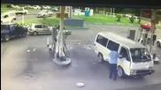 Микробус буквално се приземява върху кола на бензиностанция