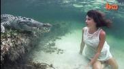 Модел се снима с крокодил