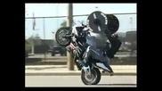 Пич тренира докато си кара мотора - смях