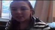 Момиче говори на български : Когато бях малка лапах близалка..
