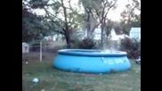 Човек плува в надуваем басейн - Смях