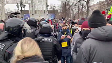Russia: Police detain supporters of Navalny at Moscow rally