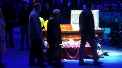 Russia: Hundreds bid farewell to Soviet-era 'Sunshine Clown' Popov