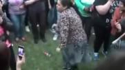 Тази жена знае как да си избухва! Ей така се танцува...