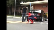 Spiderman спасява момиче от бой ..!