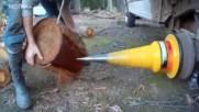 Вижте едно модерно цепене на дърва с устройство, което монтирате на гумата на колата!
