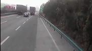 Шофьор на Тир влачи със задницата си Porsche Cayenne, катастрофирало в него! (видео)