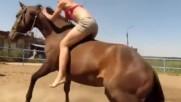 Кон помага на готина ездачка да го яхне