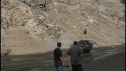 Тези се опитаха да извадят джипа от калта… но вместо това го направиха кабрио!