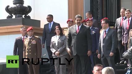 Венецуелският президент отдава почит на