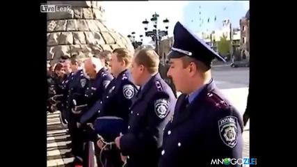 Ето така се ръси полицията