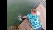 Акула захапва ръката на жена !!!