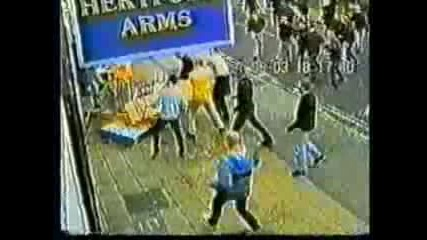 Футболни Хулигани Атакуват Други Фенове !