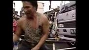 Китайци Теглят Камион С Пенисите Си