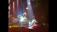 Риана пада смешно по време на концерт в Марсилия :d