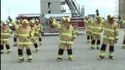 17 пожарникари се подреждат в редица. Вижте какво се случва, щом започва музиката!