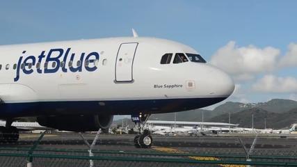 Вижте какво се случва на тази мацка, която стоеше близо до самолетен двигател!