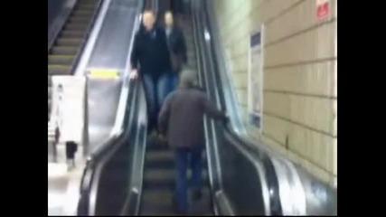 Пиян мъж се опитва да ходи по ескалатора