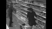 Жени се бият за тоалетна хартия в супермаркет