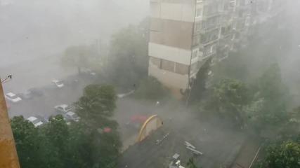 Чудовищна буря и градушка над София
