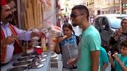 Смях ... Продавач на сладолед с много ловки ръце прави невероятно шоу .
