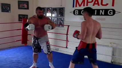 Професионален боксьор в бесен спаринг срещу двойно по-тежък мъжага!