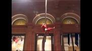 Дядо Коледа и джуджетата забавляваха купувачи с акробатични номера